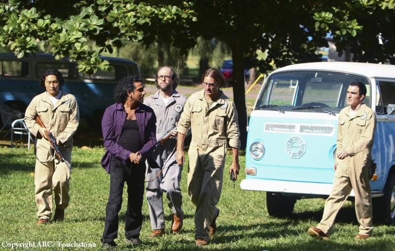 Josh Holloway, Naveen Andrews e Ken Leung in una scena dell'episodio Namaste di Lost