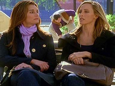 Kim Raver e Brooke Shields nell'episodio 'ChapterSeventeen; Bye, Bye Baby' della serie tv Lipstick Jungle