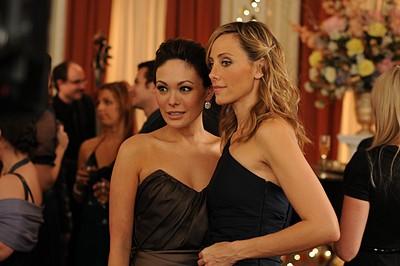 Kim Raver e Lindsay Price nell'episodio 'Chapter Twenty: La Vie En Pose' della serie Lipstick Jungle