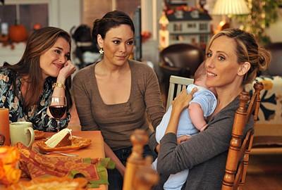 Lindsay Price, Brook Shields e Kim Raver con in braccio il piccolo Charlie nell'episodio 'Chapter Sixteen: Thanksgiving' della serie tv Lipstick Jungle