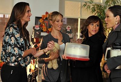 Lindsay Price, Brook Shields, Rosie Perez e Kim Raver nell'episodio 'Chapter Sixteen: Thanksgiving' della serie tv Lipstick Jungle