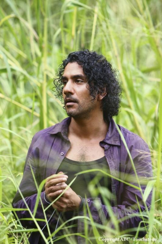 Naveen Andrews in una scena dell'episodio Namaste di Lost