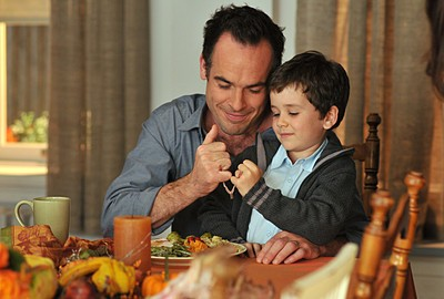 Paul Blackthorne e Dylan Clark Marshall nell'episodio 'Chapter Sixteen: Thanksgiving' della serie tv Lipstick Jungle