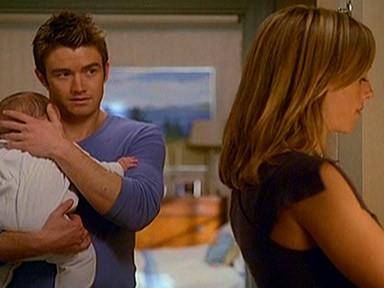 Robert Buckley e Kim Raver di spalle in una scena dell'episodio 'ChapterSeventeen; Bye, Bye Baby' della serie tv Lipstick Jungle