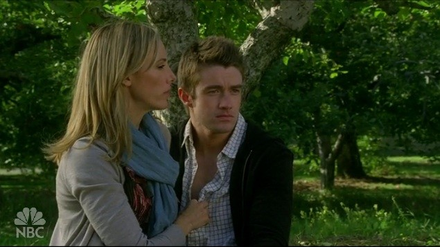 Robert Buckley e Kim Raver durante un picnic nell'episodio 'Chapter Fifteen: Sisterhood of the Traveling Prada' della serie Lipstick Jungle