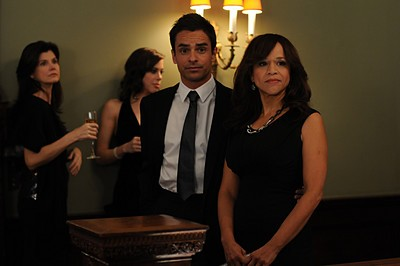 Rosie Perez e David Norona nell'episodio 'Chapter Twenty: La Vie En Pose' della serie Lipstick Jungle