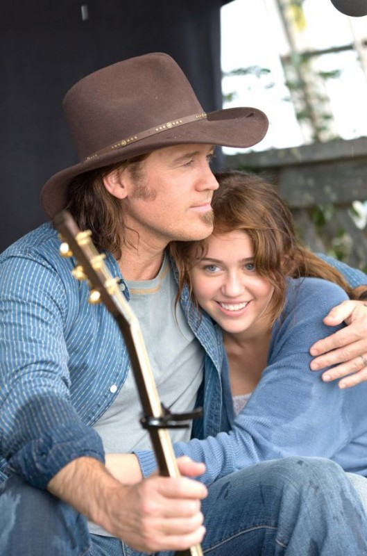 Billy Ray Cyrus e Miley Cyrus in una sequenza del film Hannah Montana: The Movie