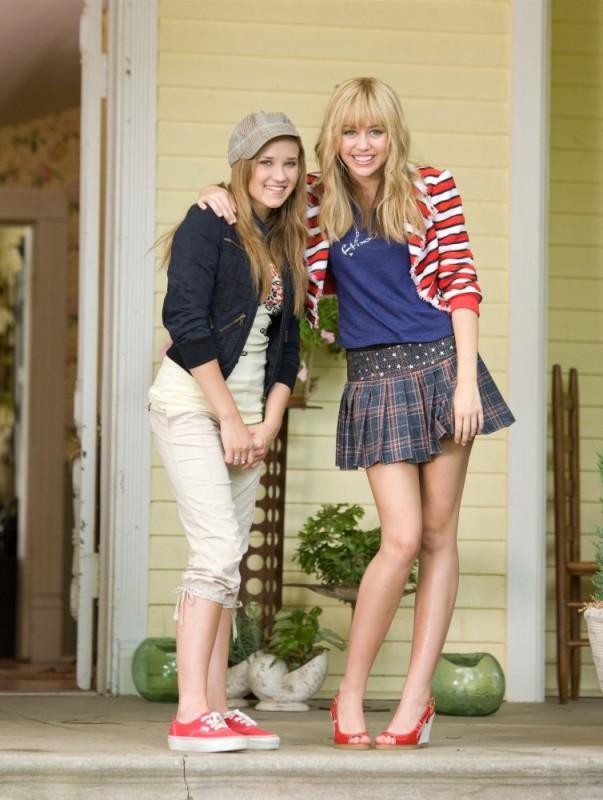 Emily Osment e Miley Cyrus in una foto promozionale del film Hannah Montana: The Movie
