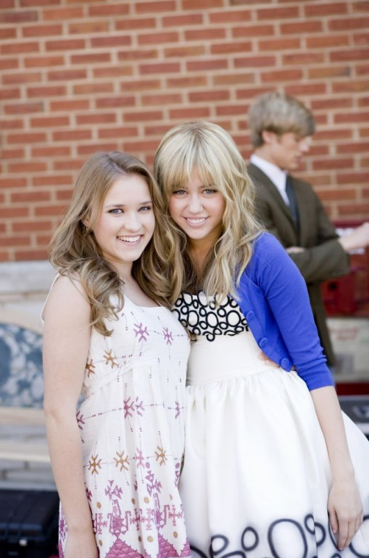 Emily Osment e Miley Cyrus sul set del film Hannah Montana: The Movie