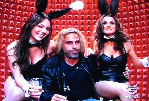 Grande Fratello 9: Vittorio e le conigliette di Playboy (tra cui Sarah Nile) durante la nona puntata del reality