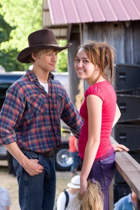 Lucas Till e Miley Cyrus in una foto promozionale del film Hannah Montana: The Movie