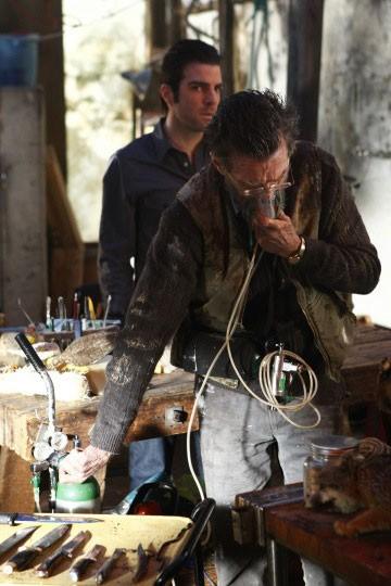 Zachary Quinto e John Glover in una scena di Shades of Gray della terza stagione di Heroes