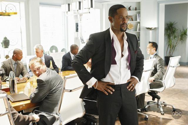 Blair Underwood con alcuni colleghi nell'episodio 'The Summer House' della serie tv Dirty Sexy Money