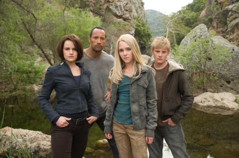 Carla Gugino, Dwayne Johnson, Annasophia Robb e Alexander Ludwig in una foto promozionale del film Corsa a Witch Mountain