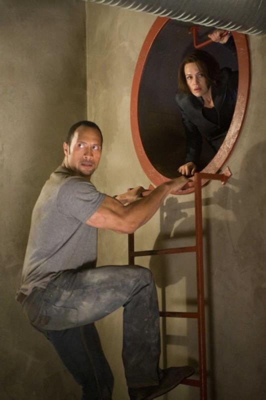 Dwayne Johnson e Carla Gugino in una scena del film Corsa a Witch Mountain