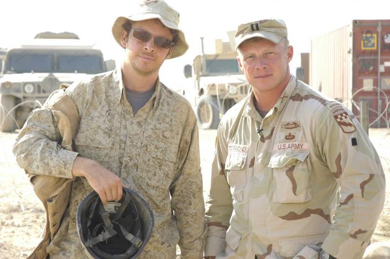 Il regista Jake Radermacher e suo fratello Isaac sul set del documentario Brothers at War