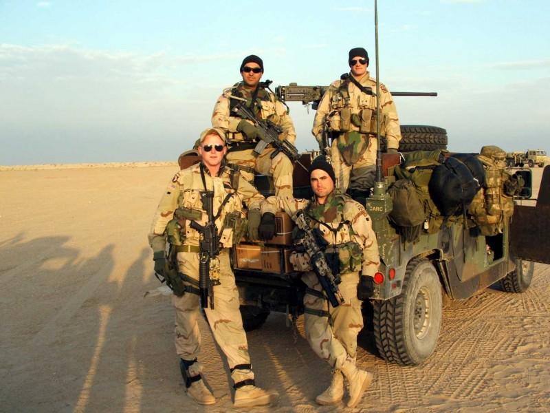 Il team dell'LRS posa per una foto di gruppo del documentario Brothers at War