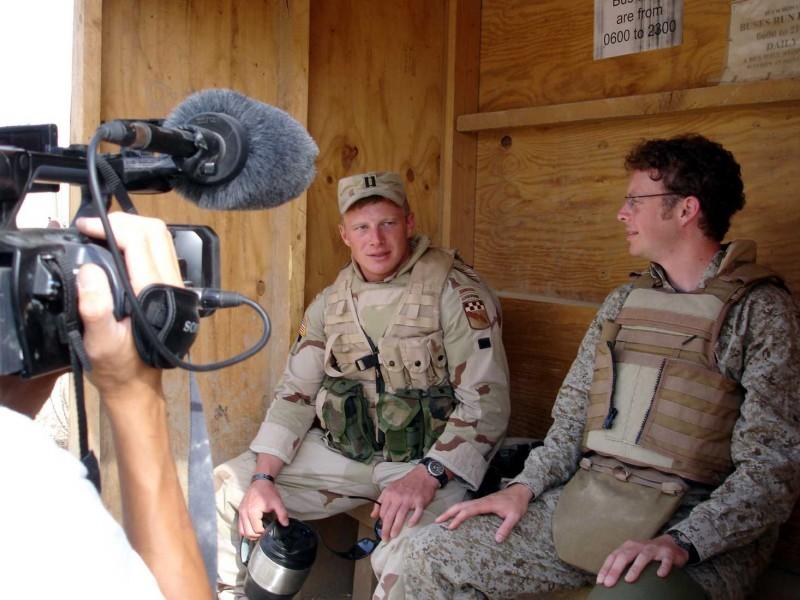 Isaac Radermacher e il regista Jake Radermacher sul set del documentario Brothers at War