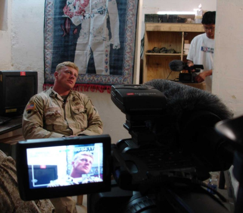 Isaac Radermacher sul set del documentario Brothers at War