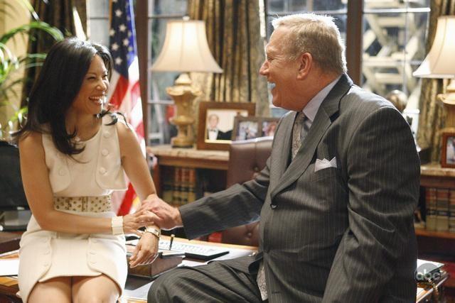 Lucy Liu e Ken Howard in una scena dell'episodio 'The Summer House' della serie tv Dirty Sexy Money