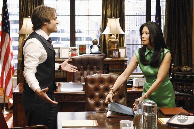 Lucy Liu e Seth Gabel in una scena dell'episodio 'The Summer House' della serie tv Dirty Sexy Money