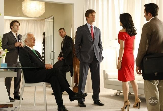 Peter Krause, Donald Sutherland e altri membri del cast in un momento nell'episodio 'The Facts' della serie tv Dirty Sexy Money
