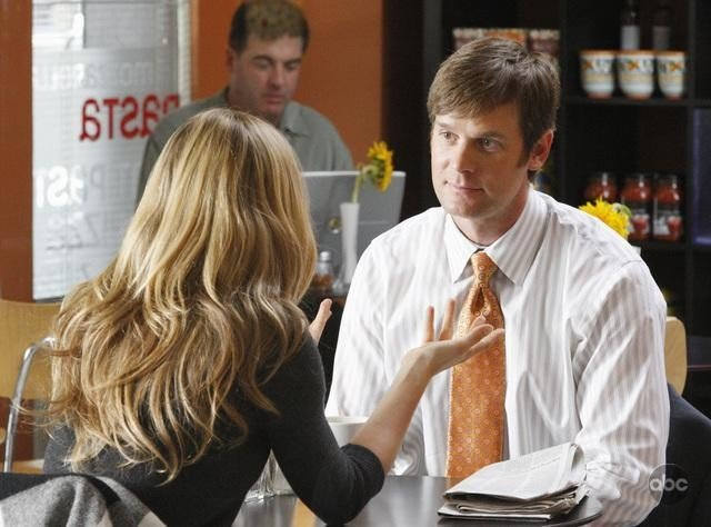 Peter Krause e di spalle Sarah Carter in una scena dell'episodio 'The Summer House' della serie tv Dirty Sexy Money