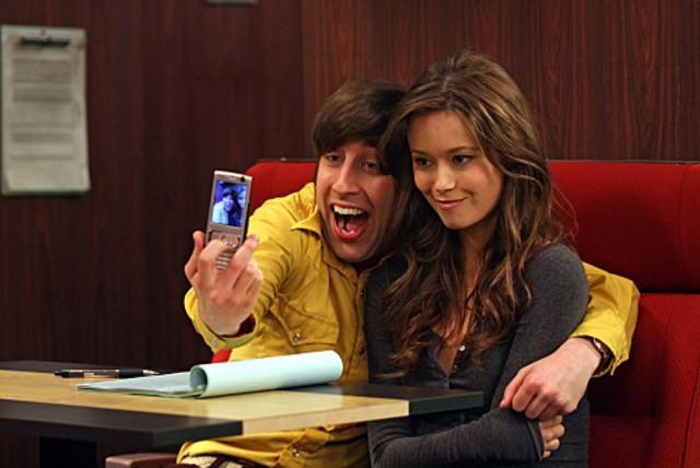 Simon Helberg con la Guest Star Summer Glau in una scena dell'episodio The Terminator Decoupling di The Big Bang Theory