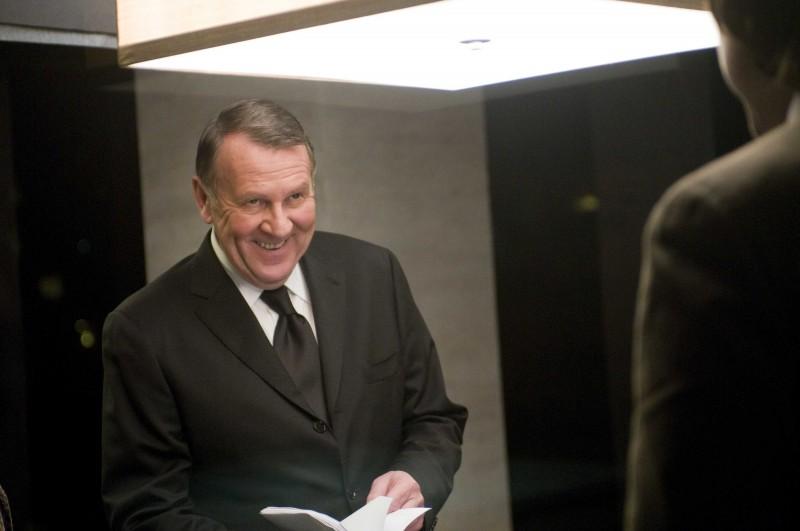 Tom Wilkinson in una scena del film Duplicity