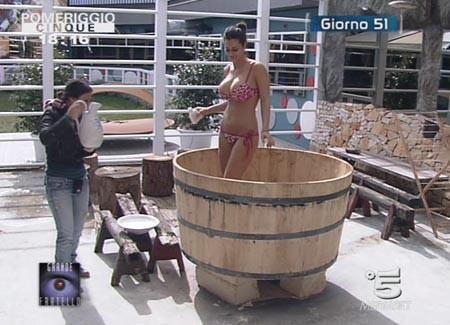 Grande Fratello 9: Cristina fa il bagno nel catino aiutata da Claudia