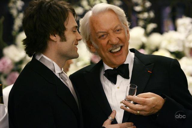 Donald Sutherland con Seth Gable in una scena dell'episodio 'Il Matrimonio' della serie tv Dirty Sexy Money