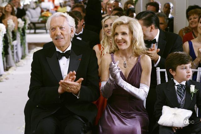 Donald Sutherland e Jill Clayburgh in una scena dell'episodio 'Il Matrimonio' della serie tv Dirty Sexy Money