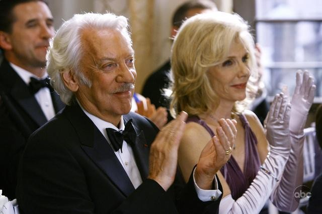 Donald Sutherland insieme a Jill Clayburgh in una scena dell'episodio 'Il Matrimonio' della serie tv Dirty Sexy Money