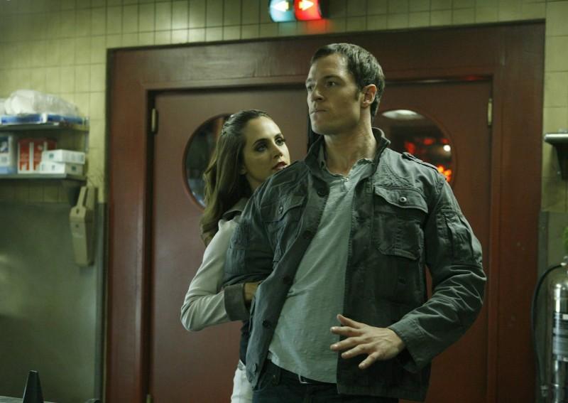 Eliza Dushku e Tahmoh Penikett in una scena dell'episodio Man On The Street di Dollhouse