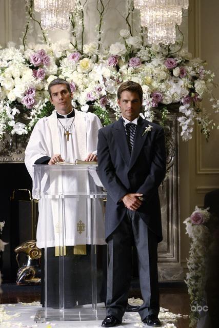Glenn Fitzgerald e Daniel Cosgrove aspettano la sposa all'altare il giorno delle nozze in Dirty Sexy Money, episodio: Il Matrimonio