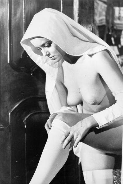 Gloria Guida nei panni di una novizia nel film del '75