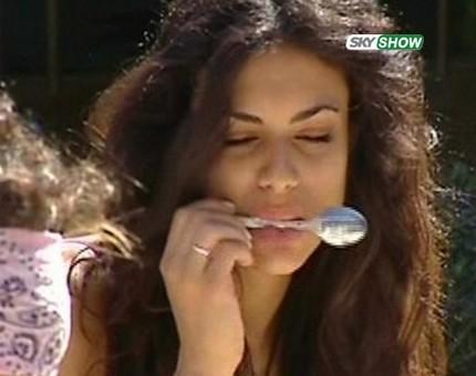 Grande Fratello 9: Cristina alle prese con un cucchiaino
