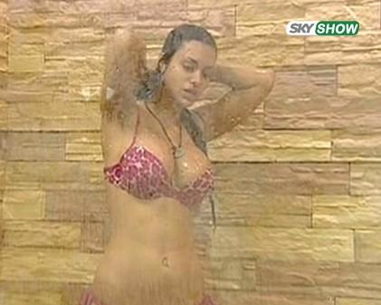 Grande Fratello 9: Cristina Del Basso sotto la doccia in bikini  rosa