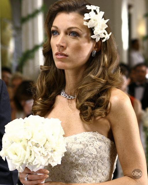 La bella Natalie Zea in abito da sposa  in Dirty Sexy Money, episodio: Il Matrimonio