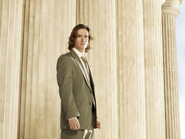 Mark-Paul Gosselaar in una foto promozionale della serie Avvocati a New York