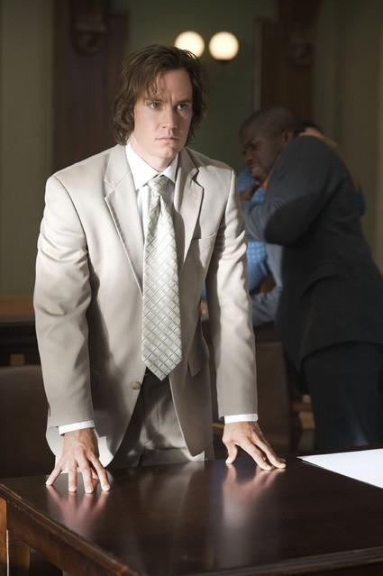 Mark-Paul Gosselaar in una scena della serie Raising the Bar