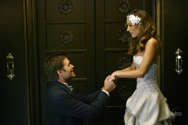 Natalie Zea e Daniel Cosgrove il giorno delle nozze in Dirty Sexy Money, episodio: Il Matrimonio