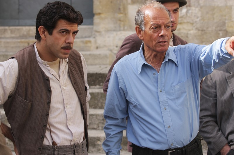 Pierfrancesco Favino ed Alberto Negrin durante le riprese della fiction Pane e libertà