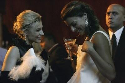 Samaire Armstrong con alcuni colleghi nell'episodio ' The Chiavennasca ' della serie tv Dirty Sexy Money