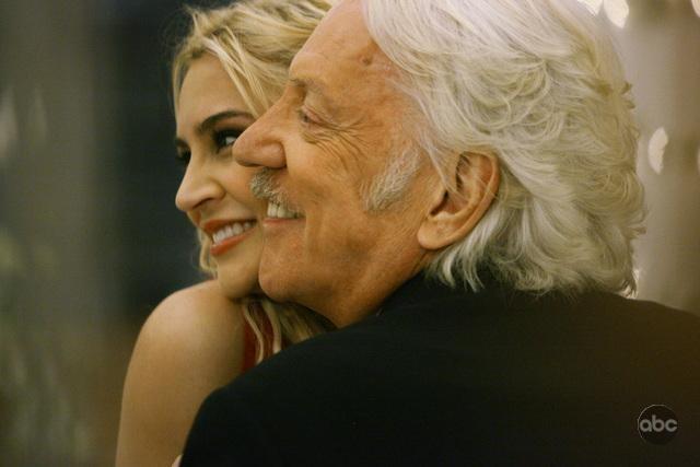 Samaire Armstrong e Donald Sutherland in una tenera posa nell'episodio 'Il Matrimonio' della serie tv Dirty Sexy Money