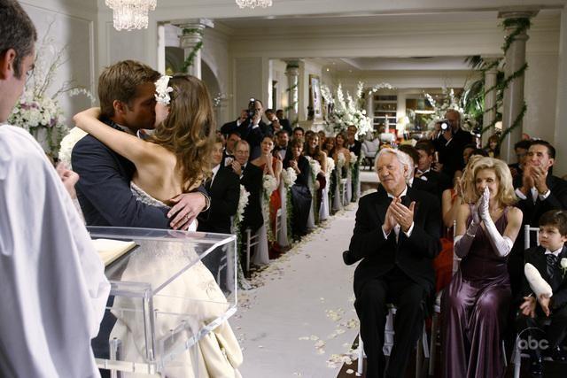 Una scena festosa dell'episodio ' Il Matrimonio ' della serie Dirty Sexy Money