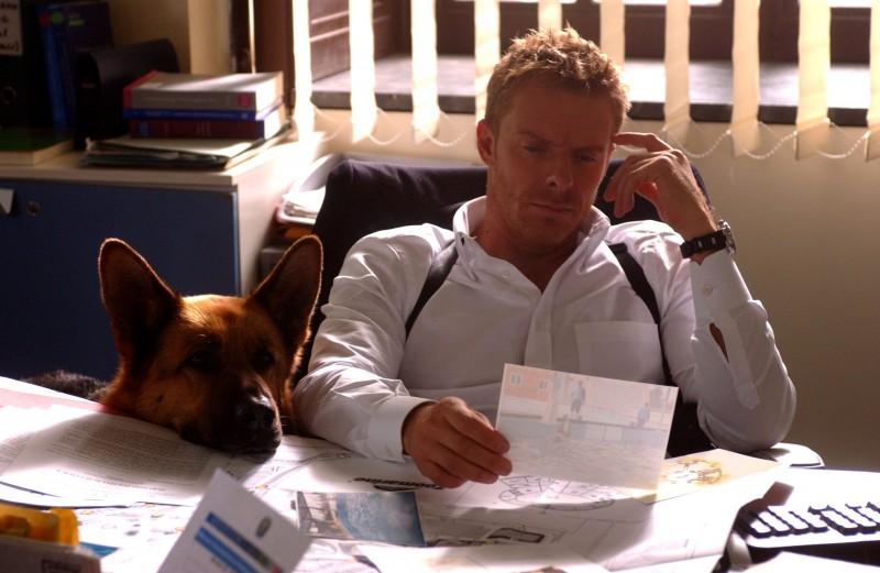 Kaspar Capparoni al lavoro con il cane Rex in una scena della dodicesima stagione della serie