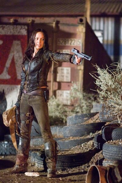 Moon Bloodgood in una scena del film Terminator Salvation