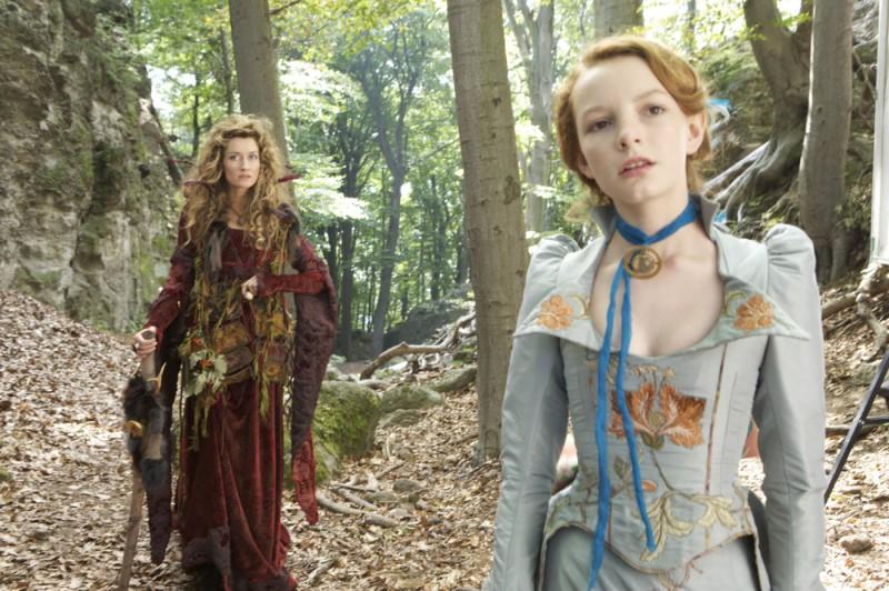 Natascha McElhone e Dakota Blue Richards in una scena del film Moonacre: I segreti dell'ultima luna