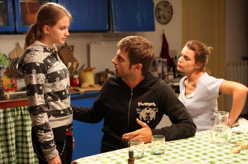 Nelsi Xhemalaj, Kim Rossi Stuart e Micaela Ramazzotti in una scena del film Una questione di cuore